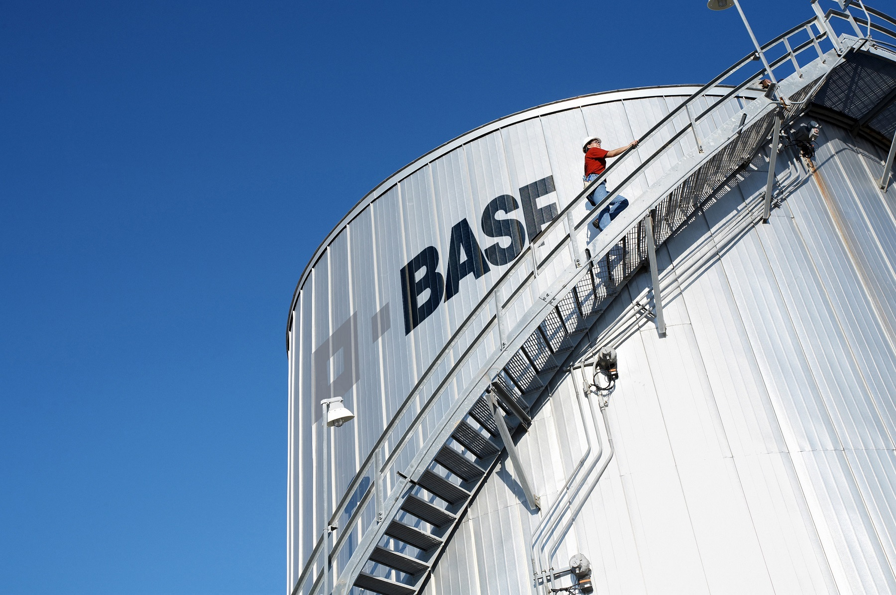 شرکت BASF،غول آلمانی صنایع شیمیایی،بلاکچین را در راهکارهای زنجیرهی تأمین میآزماید.