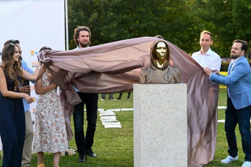 رونمایی از مجسمه ساتوشی ناکاموتو در مجارستان